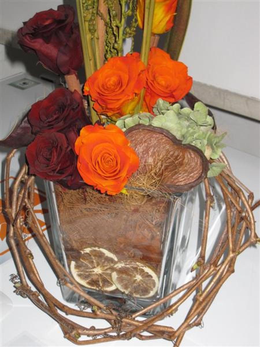 composizione in vaso di vetro con rose stabilizzate, ortensie e tralci di vite canadese